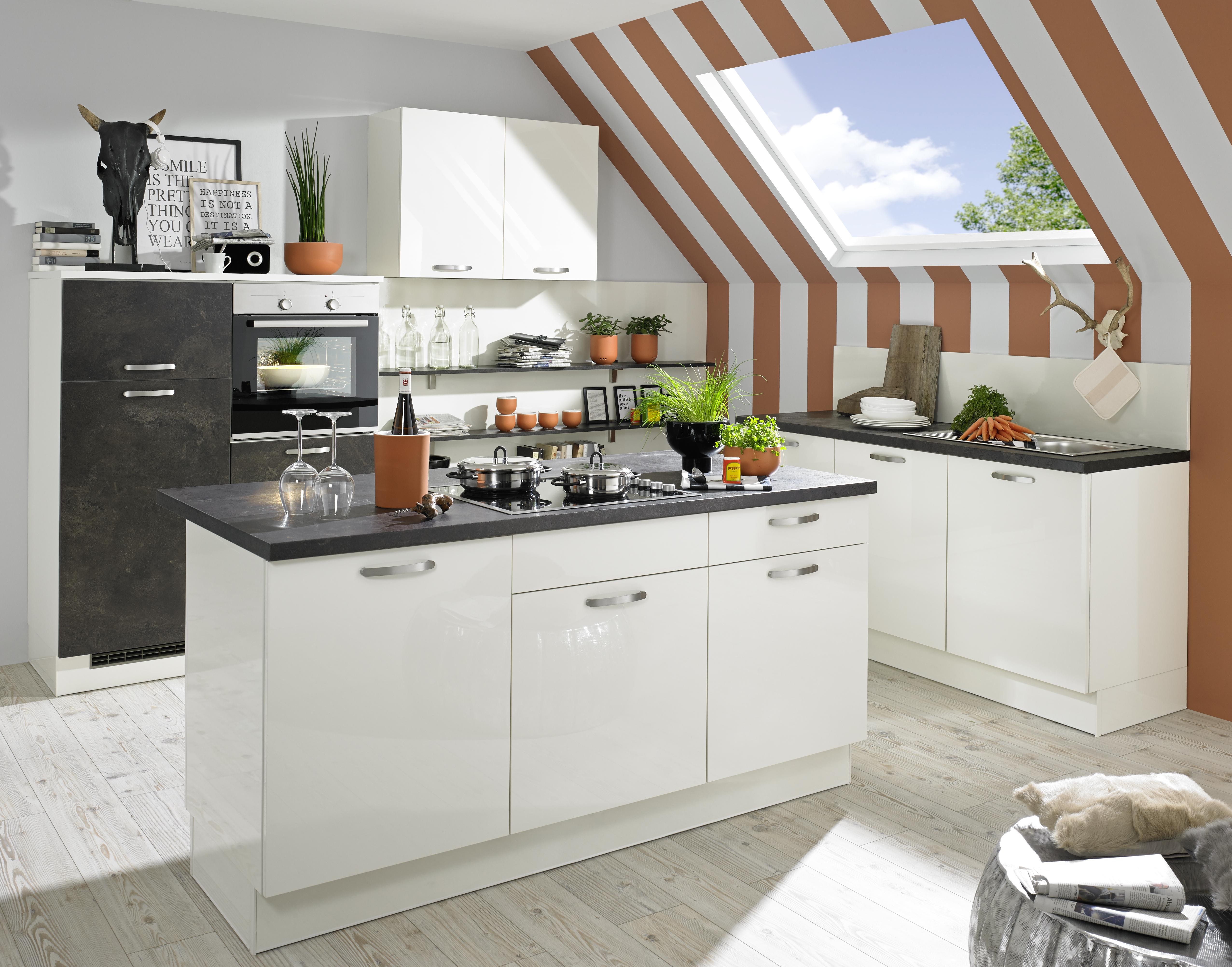 Küche mit Dachschräge planen: Tipps für Einbauküchen im